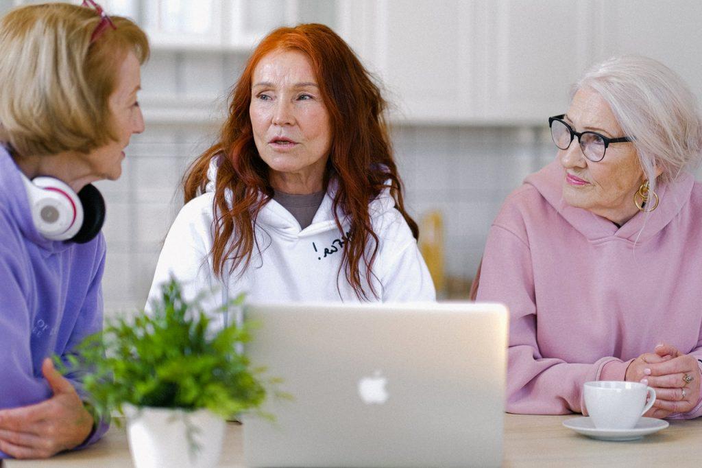 3 femmes qui discutent autour d'un ordinateur