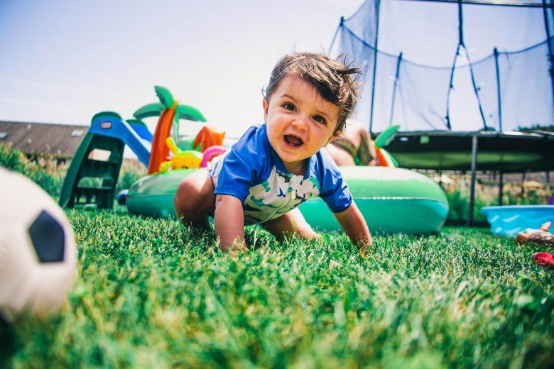 enfant qui joue avec un poupon